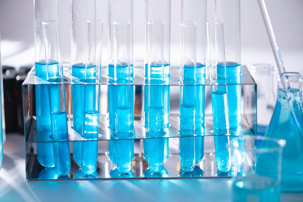 Leitungswasser das in einem Labor auf Grenzwerte untersucht wird.