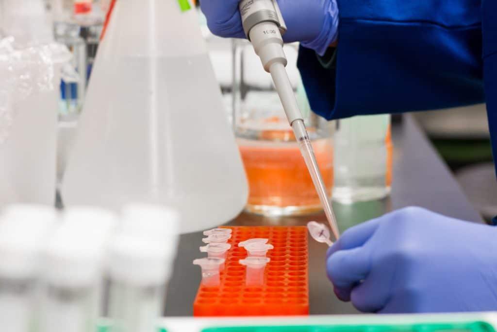 Ein Chemiker untersucht Leitungswasser in einem Labor auf Schadstoffe.